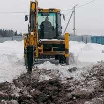 Расчистка снега экскаватором-погрузчиком JCB, в Первоуральске