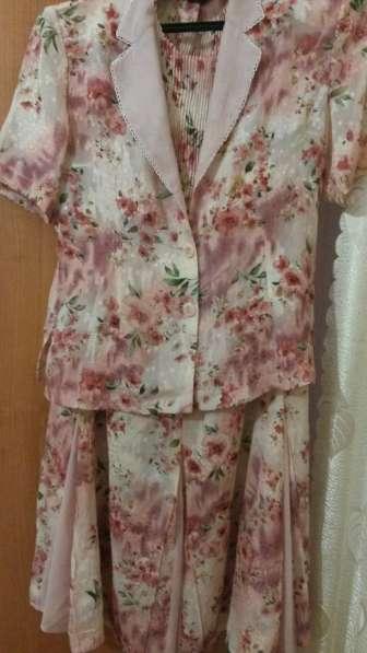 Продаю весенне-летний костюм тройка р.48-50