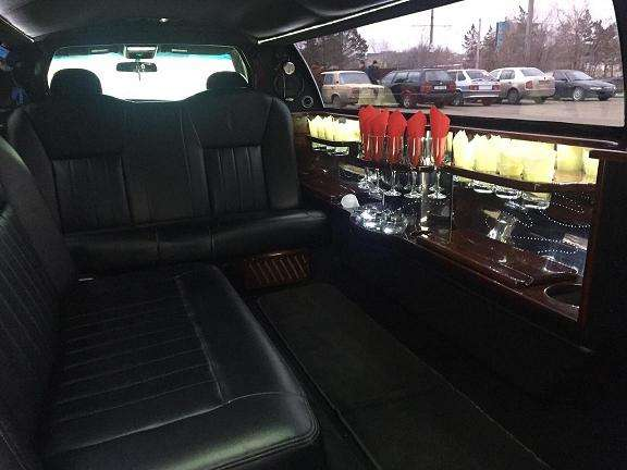 Лимузин Lincoln Town Car для свадьбы в Астане.