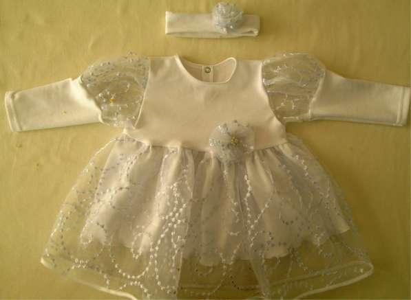 Детское платье белого цвета с повязкой