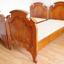 Две антикварные кровати из массива ореха и красного дерева, в Санкт-Петербурге