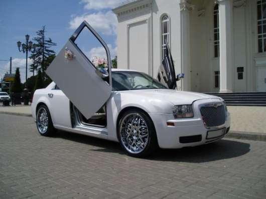 Прокат аренда автомобиля Крайслер 300 C на свадьбу с водителем в Краснодаре