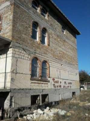 Продается трехэтажный недострой под крышей в районе 7 км. бал. шоссе.