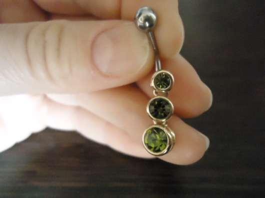 Пирсинг с зелеными камнями