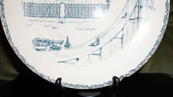 Декоративная тарелка с Медным Всадником (памятником Императору Петру Великому) на подставке. Российская Империя, XIX век.