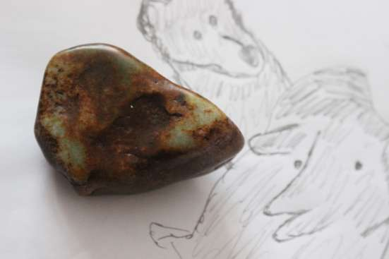 Природное изображение медведя и кабана на нефрите