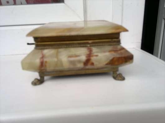 Шкатулка из оникса. Высота 4,5 см, квадрат 13,5. Цена 1150 р