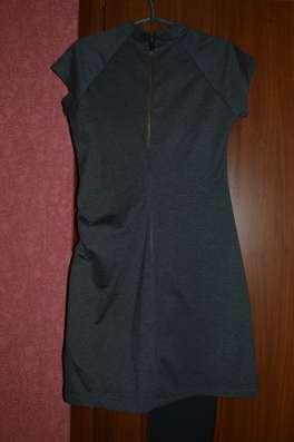 Платье серого цвета с коротким рукавом