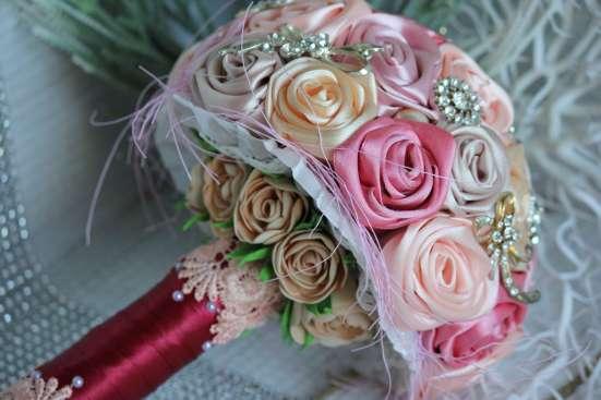 Свадебный брошь-букет из атласных лент и фоамирана