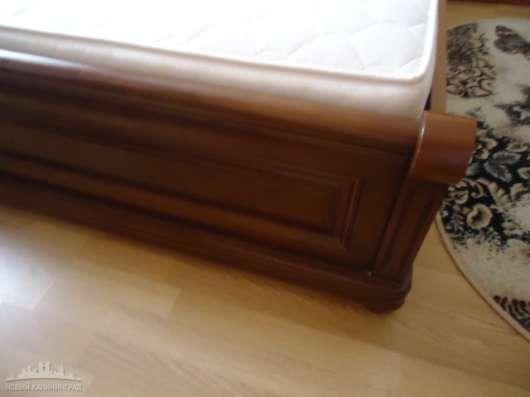 Продаю двуспальную кровать из натурального дерева